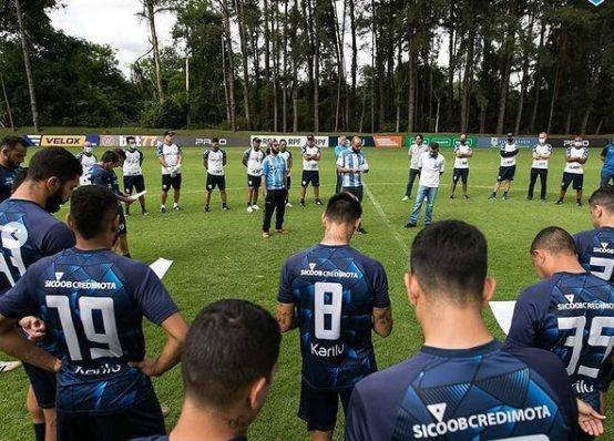 Organizada do Londrina faz visita ao CT para encontro com jogadores e comissão técnica